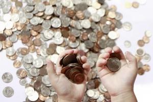 Det finns två slags skuldsättning, planerad och oplanerad. När man väljer att ta upp ett lån hamnar man i skuld till kreditgivaren och har sedan en bestämd tid på sig att återbetala pengarna innan skulden förfaller.